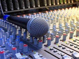 microfone-na-mesa-de-mistura